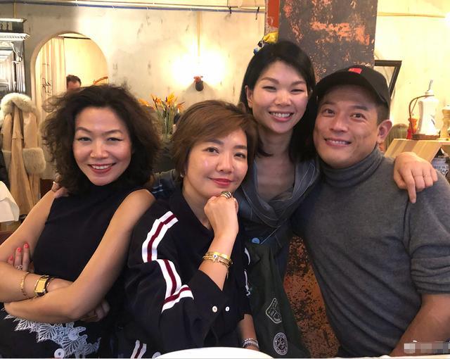 吕燕晒与儿子亲密合影,37岁的她魅力脱俗,混血王子既英俊又帅气