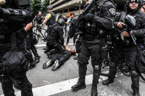 美国两伙敌对团体发生暴力冲突 有示威者着黑衣蒙面