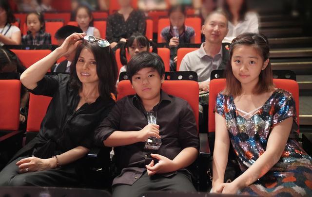 多多和小A首次参加比赛就包揽钢琴、小提琴五个第一,赢在起跑线