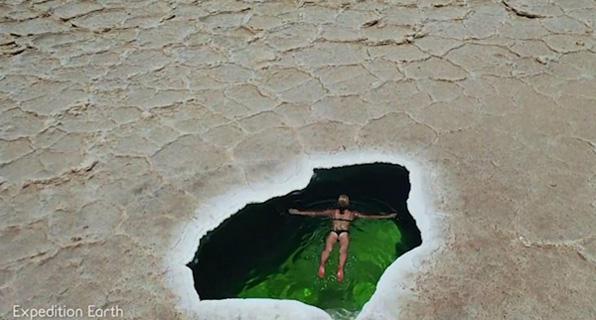 """旅行者在埃塞俄比亚碧绿的袖珍漠内盐湖中""""畅游"""" 展示其神奇景色"""